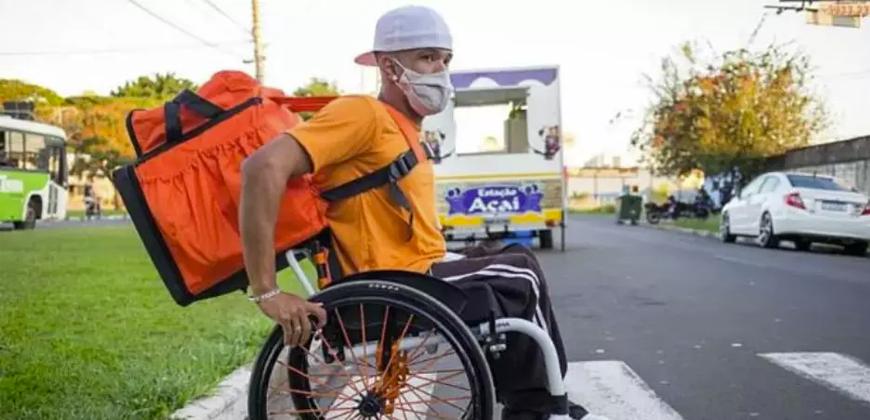 Jovem cadeirante faz entregas através de aplicativo para garantir renda na pandemia