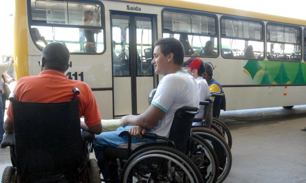 foto de quatro cadeirantes esperando para embarcar no ônibus