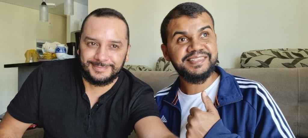 Fonte: Arquivo pessoal Hélio Fonseca / Da esquerda para a direita, Hélio Fonseca e Carlos Alberto Santana Júnior.