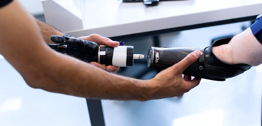 Primeira mão robótica mioelétrica da América Latina é desenvolvida no Brasil