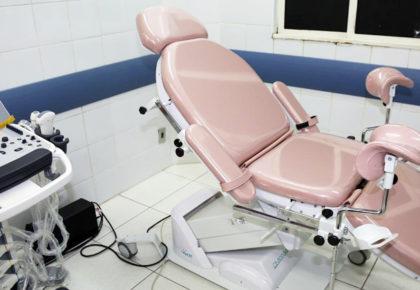 Cadeira adaptada para consulta ginecológica a mulheres com deficiência